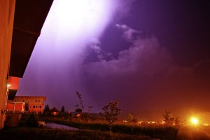 Cer luminat de fulgere în noaptea de miercuri spre joi în zona municipiului Cluj-Napoca. Fotograf: Andrei Bârlea.